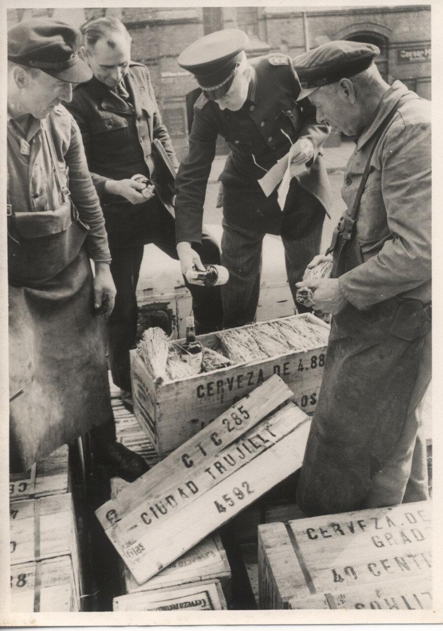 Гамбург. Таможенный досмотр. Таможенник проверяет пиво,  предназначенное для экспорта в Южную Америку