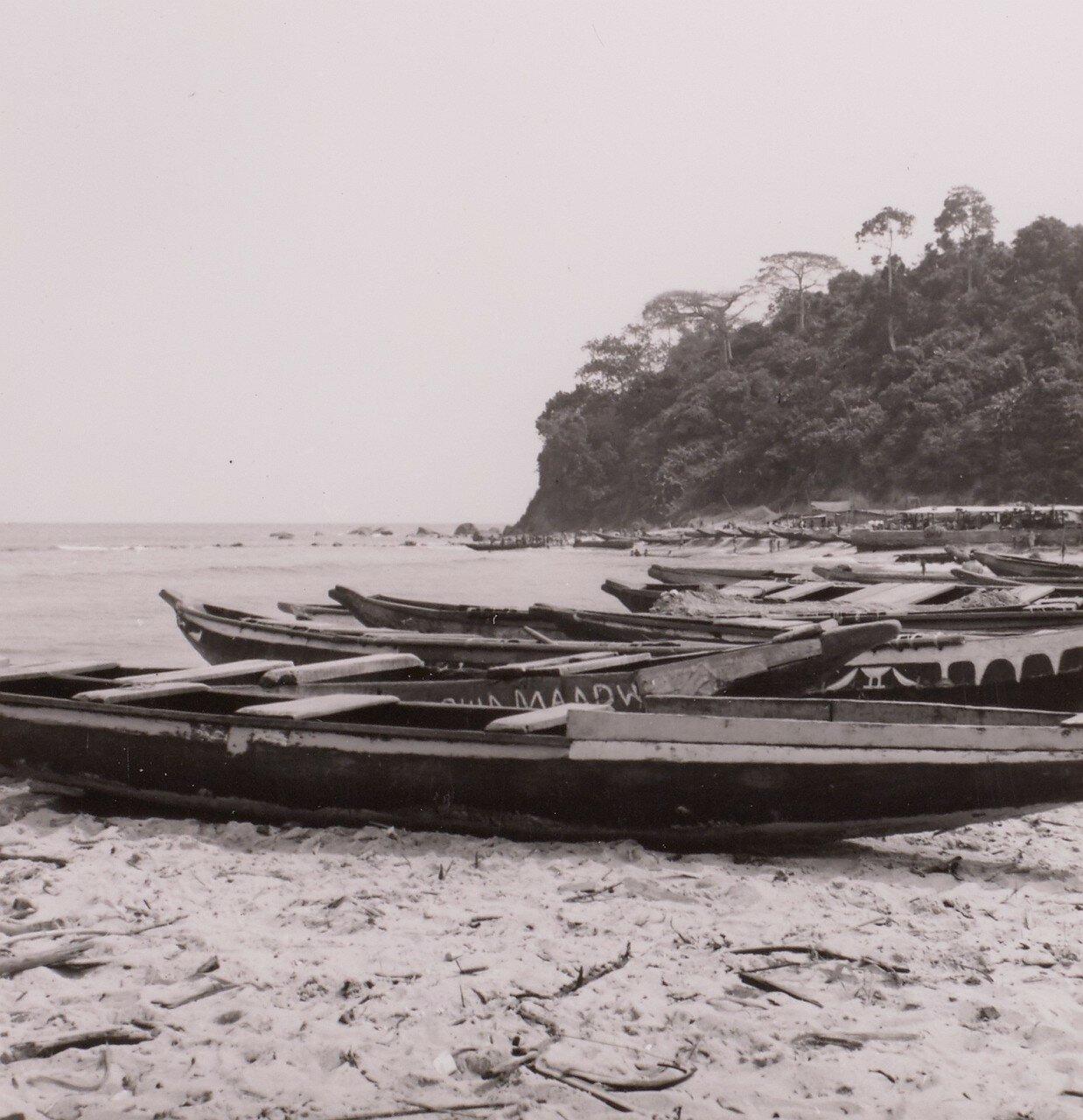 Сасандра. Рыбацкие лодки на берегу