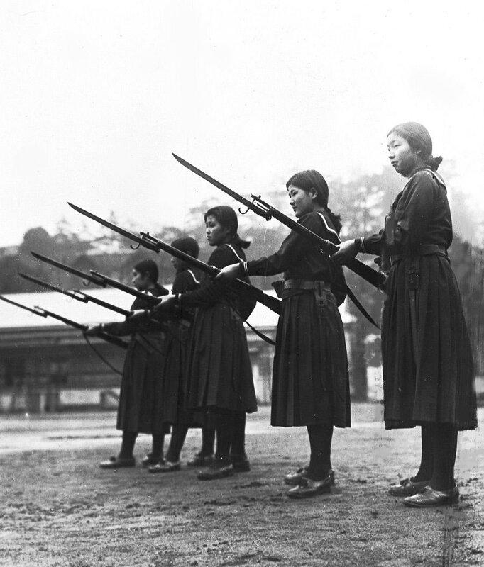Девушки изучают основы боя с винтовками и штыками в средней школе в Токио, 1937 г..Jpg