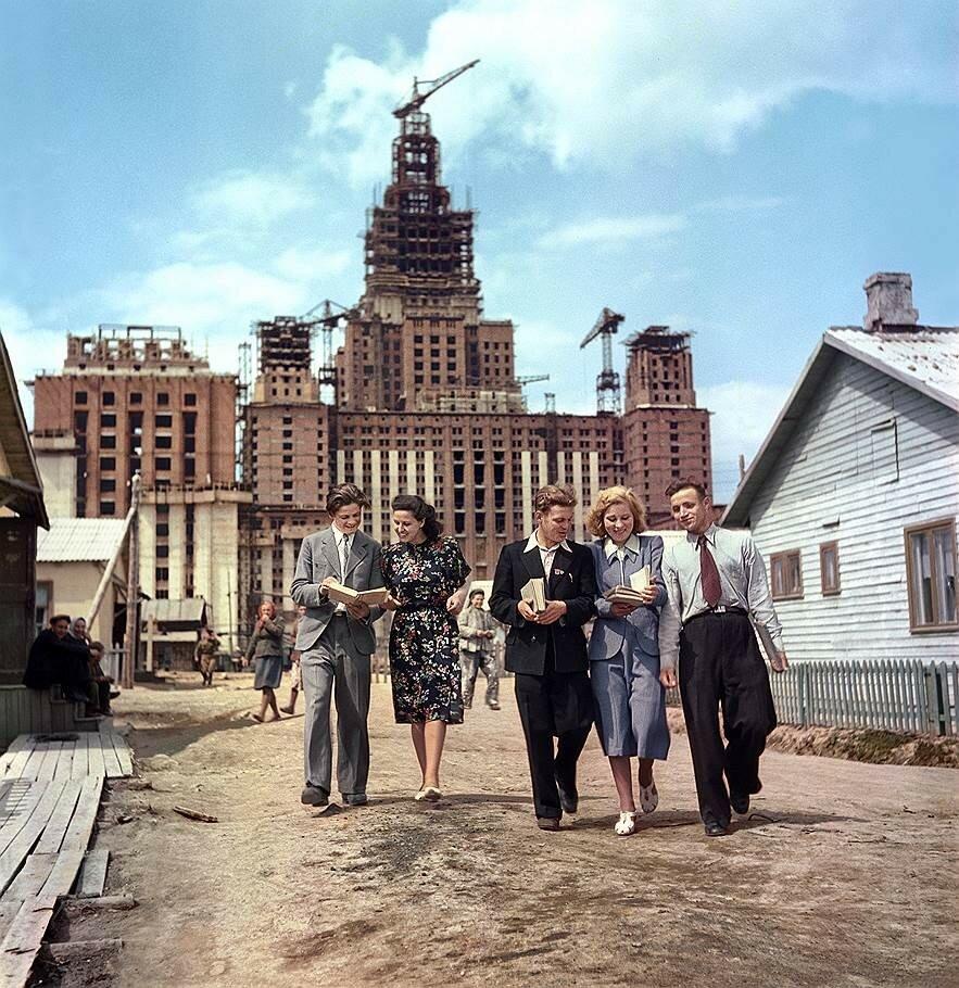 1951 Абитуриенты МГУ после экзамена Семён Фридлянд Евгений Умнов.jpg