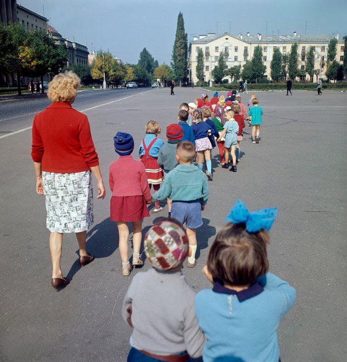 Детский сад на прогулке, Белорусская ССР, 1966 год.jpg