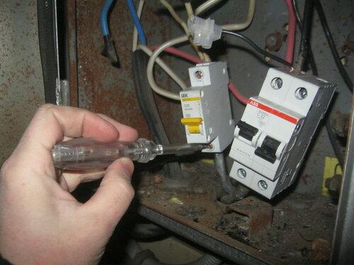 Вызов электрика аварийной службы в частный дом после отказа вводного автоматического выключателя