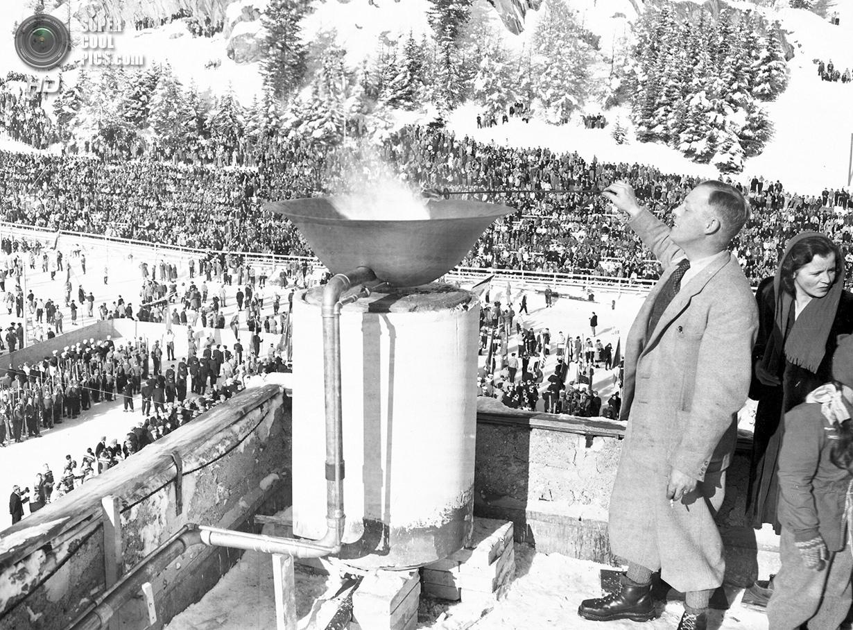 Швейцария. Санкт-Мориц, Граубюнден. 30 января 1948 года. Зажжение олимпийского огня на церемонии отк