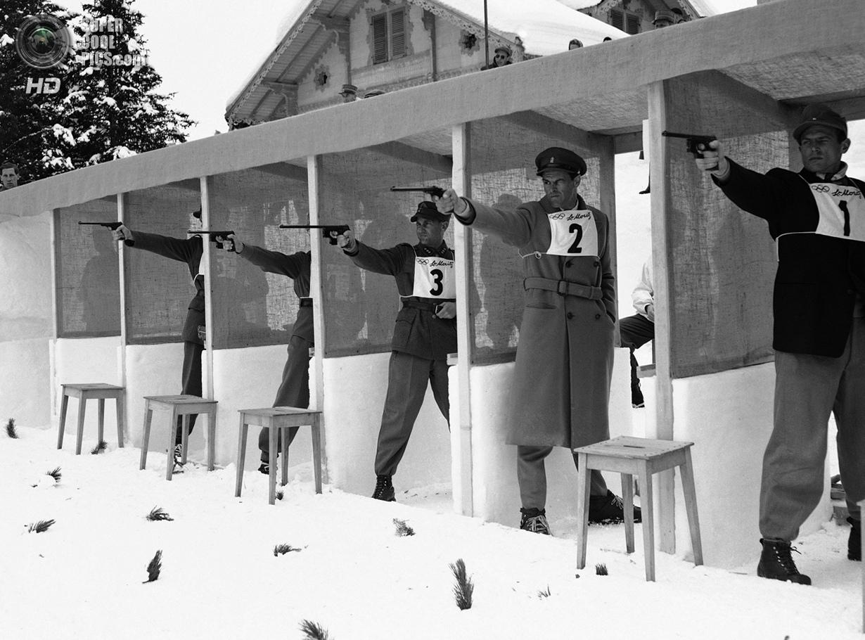 Швейцария. Санкт-Мориц, Граубюнден. 1 февраля 1948 года. Секция стрельбы из пистолета на соревновани