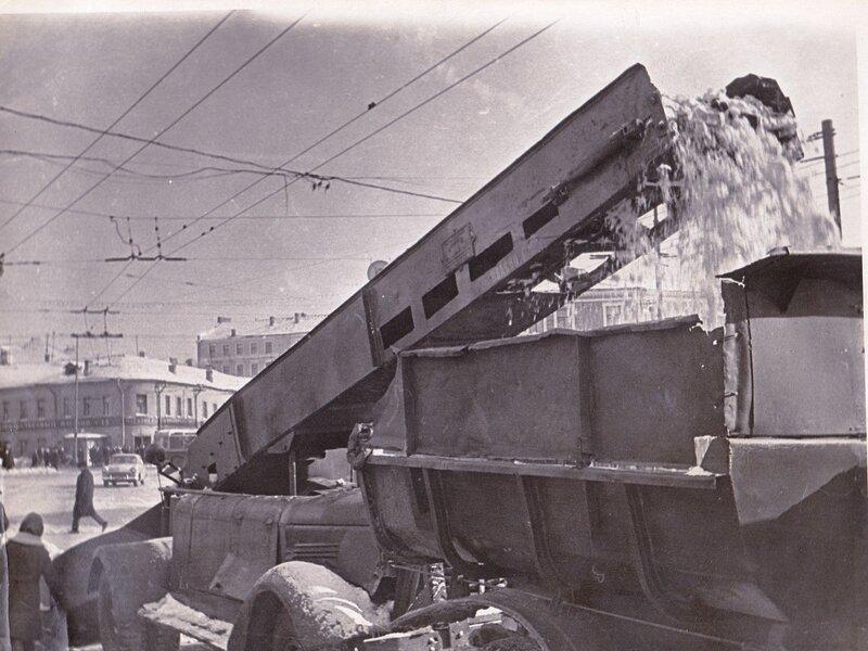151928 Уборка снега на Никитских А.В.Ермолаев кон. 1960-х.jpg