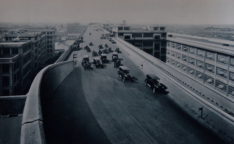Трек для испытания автомобилей на крыше завода Фиат. После того как на четвертом этаже соберут машину, она выезжает на крышу и проходит испытательный пробег.jpg