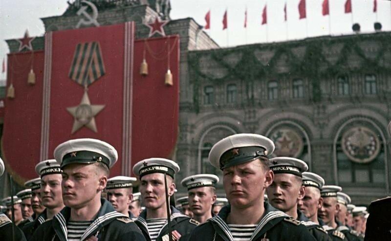 1949 Моряки - участники парада на Красной площади 9 мая. Сергей Васин.jpg