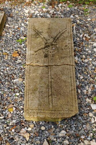 """Средневековые надгробные плиты с """"вилообразным крестом"""", Усадьба Вяземы"""