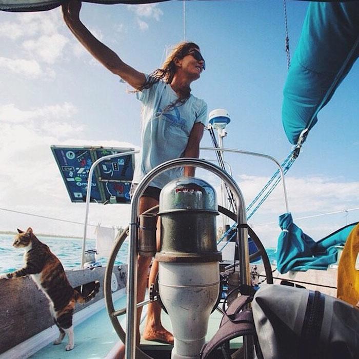 женщина и кошка путешествуют на яхте