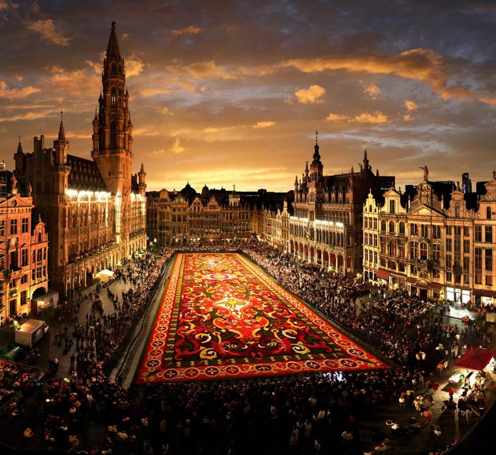 Первый праздник сговорящим названием «Цветочный ковер» прошел вбельгийской столице в1971году, а