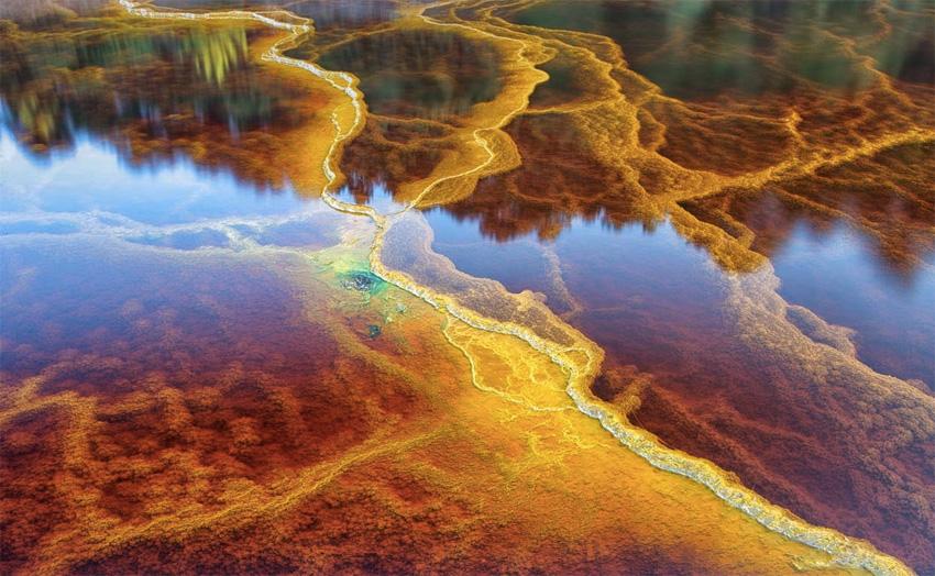 Воды реки окрашены в красный цвет. Виной тому высокая концентрация меди и железа и кислотность воды.