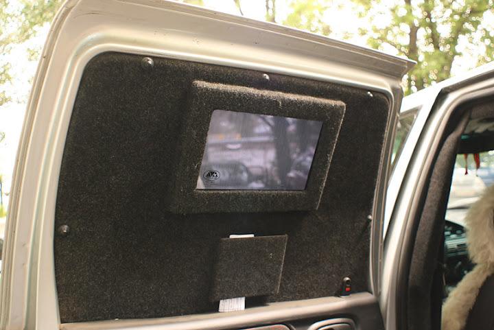 Окна в машине по размеру существенно меньше обычных, поэтому внутри достаточно темно, пришлось снима