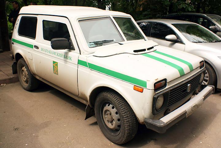 Переделку обычных машин в инкассаторские делают на специализированном производстве в Тольятти.