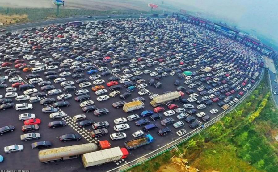 1. 6 октября водители, двигавшиеся на своих автомобилях по шоссе G4 Пекин-Гонконг-Макао, вынуждены б