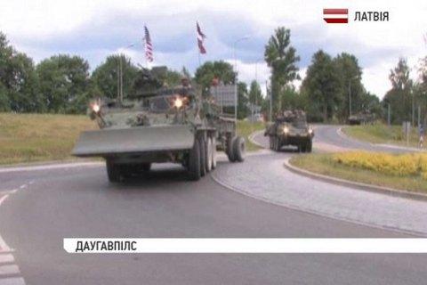 Научениях вЛатвии расчехлили американские танки изпещер Норвегии