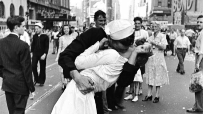Ушла изжизни медсестра сфотографии «Поцелуй наТаймс-сквер»