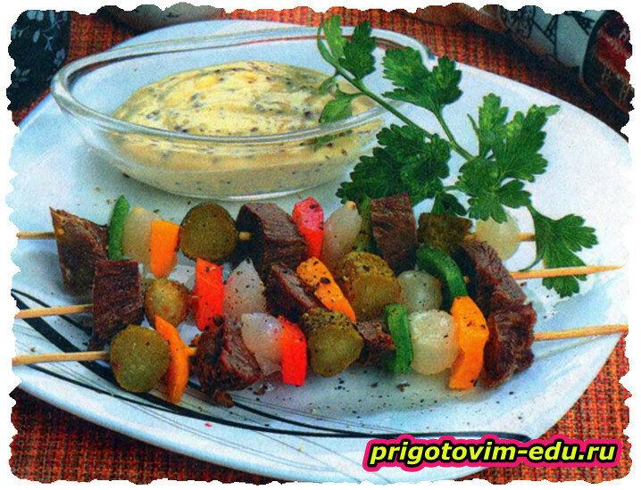 Мясная закуска на шпажках с соусом