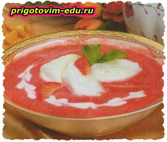 Клубничный суп с ревенем и вином
