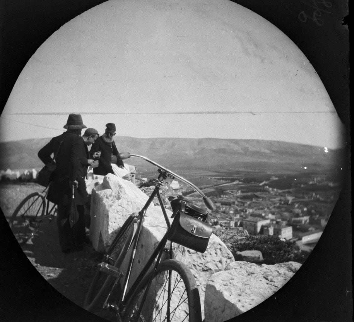 Уильям Захтлебен и другие наслаждаются панорамным видом с Акрополя