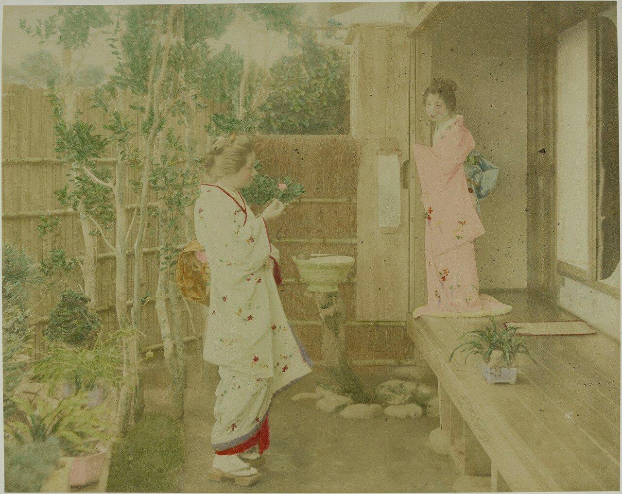 Две японки перед домом