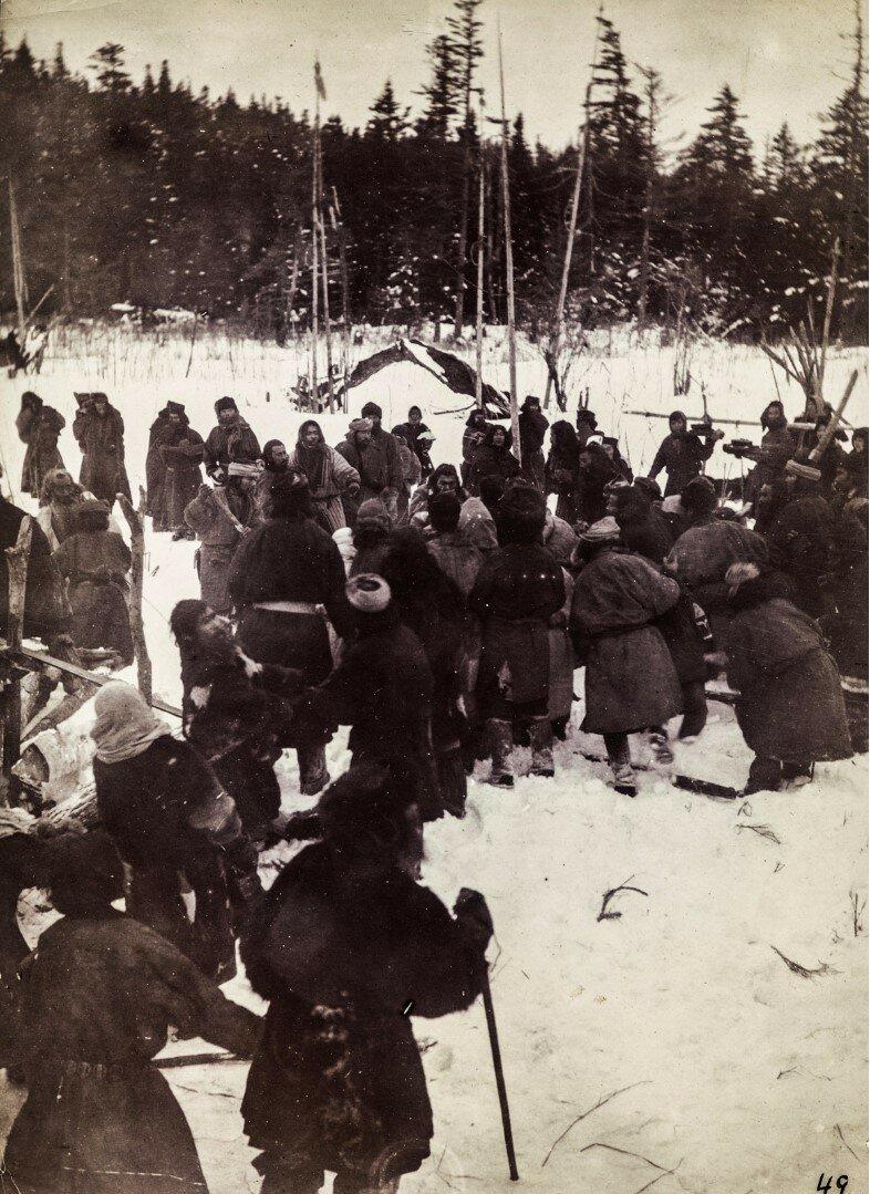 На медвежьем празднике айнов о.Сахалина. Третий день — день еды мяса, день гостей