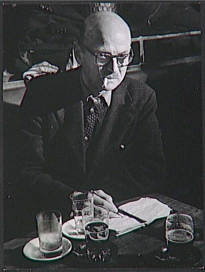 1944. Жорж Рибемон-Дессень (писатель) в кафе де Флор
