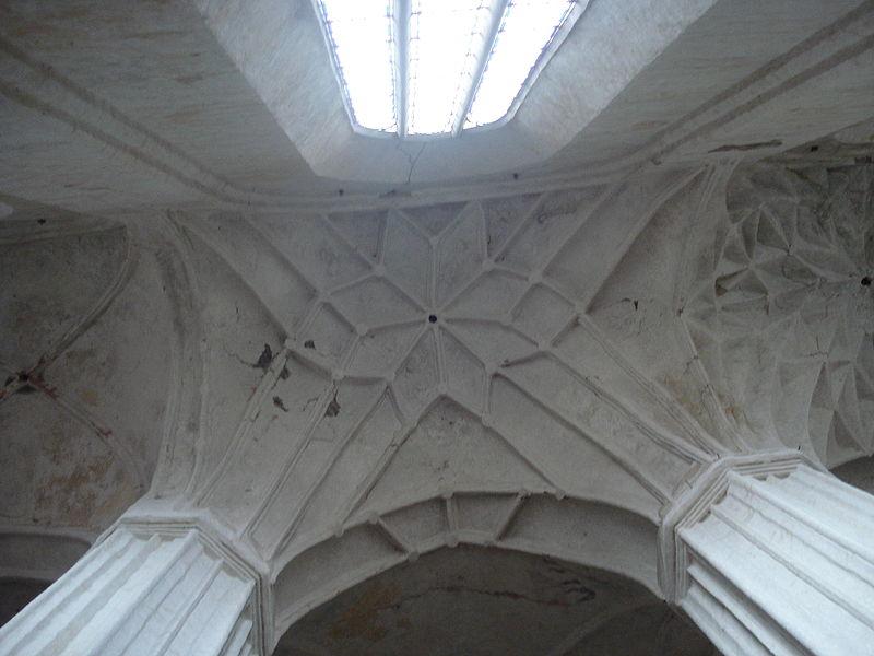 800px-Church_of_St_Francis_and_St_Bernardino_in_Vilnius5.JPG