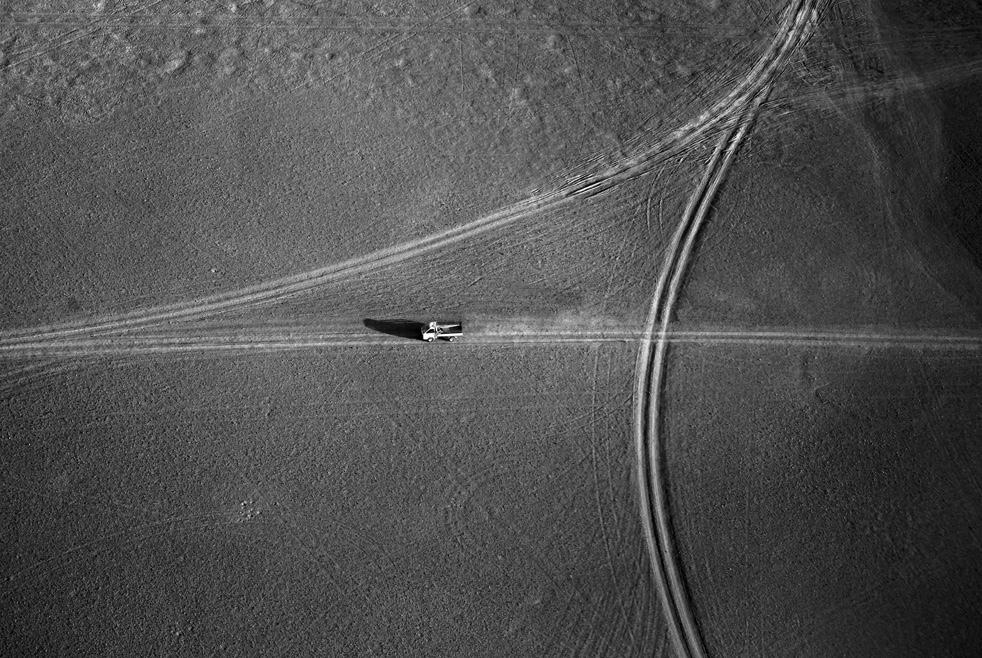 15. Афганский автомобиль в пустыне. (AP / Kevin Frayer)