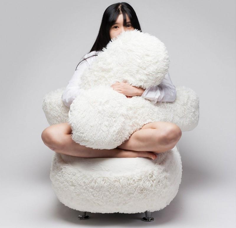 Корейский дизайнер создал мебель мечты — кресло-обнимашку (7 фото)