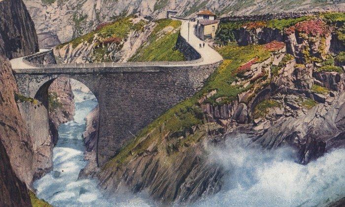 Первый мост в ущелье появился в XIII-м столетии, и он был деревянным. Спустя три века здесь появился