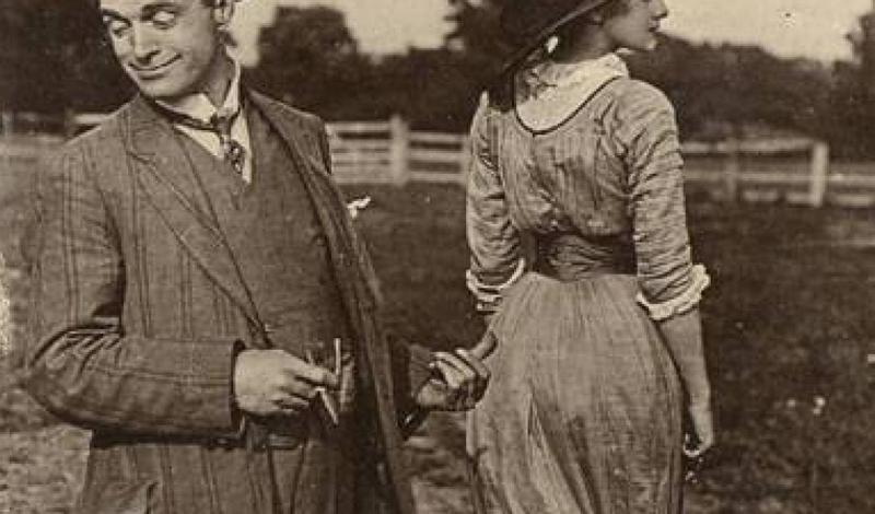 Эта юбка стала популярным предметом гардероба в начале 20-го века. Завязки внизу должны были сковыва