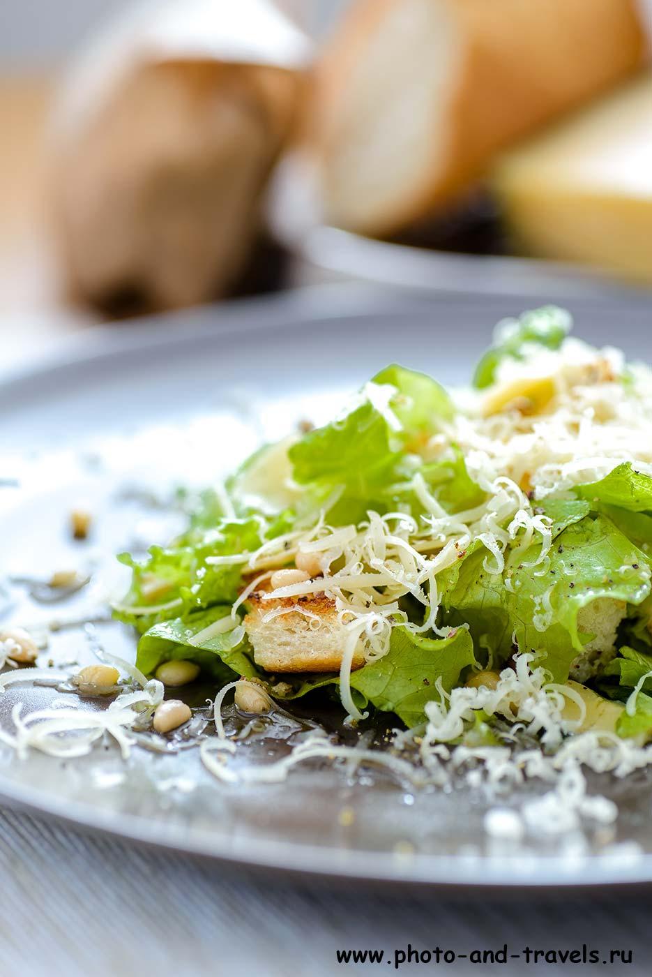 16. Зеленый салат с гренками и кедровыми орехами под пармезаном. Примеры фотографий с объектива Tamron 90/2.8 (М, 90мм, f5, 4сек, ISO 100).