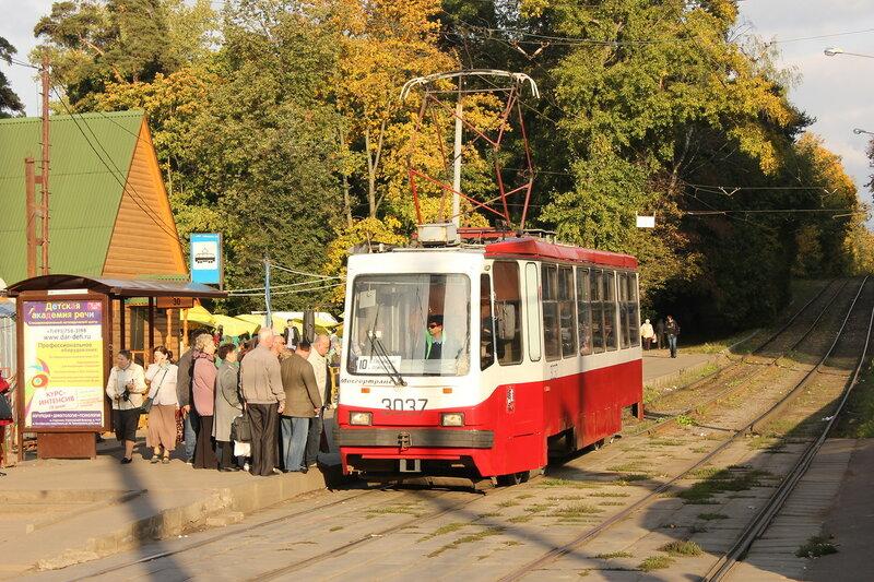 Трамвай 3037 у метро Щукинская