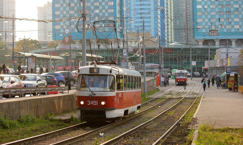 Трамваи 3451 и 3393 у метро Щукинская