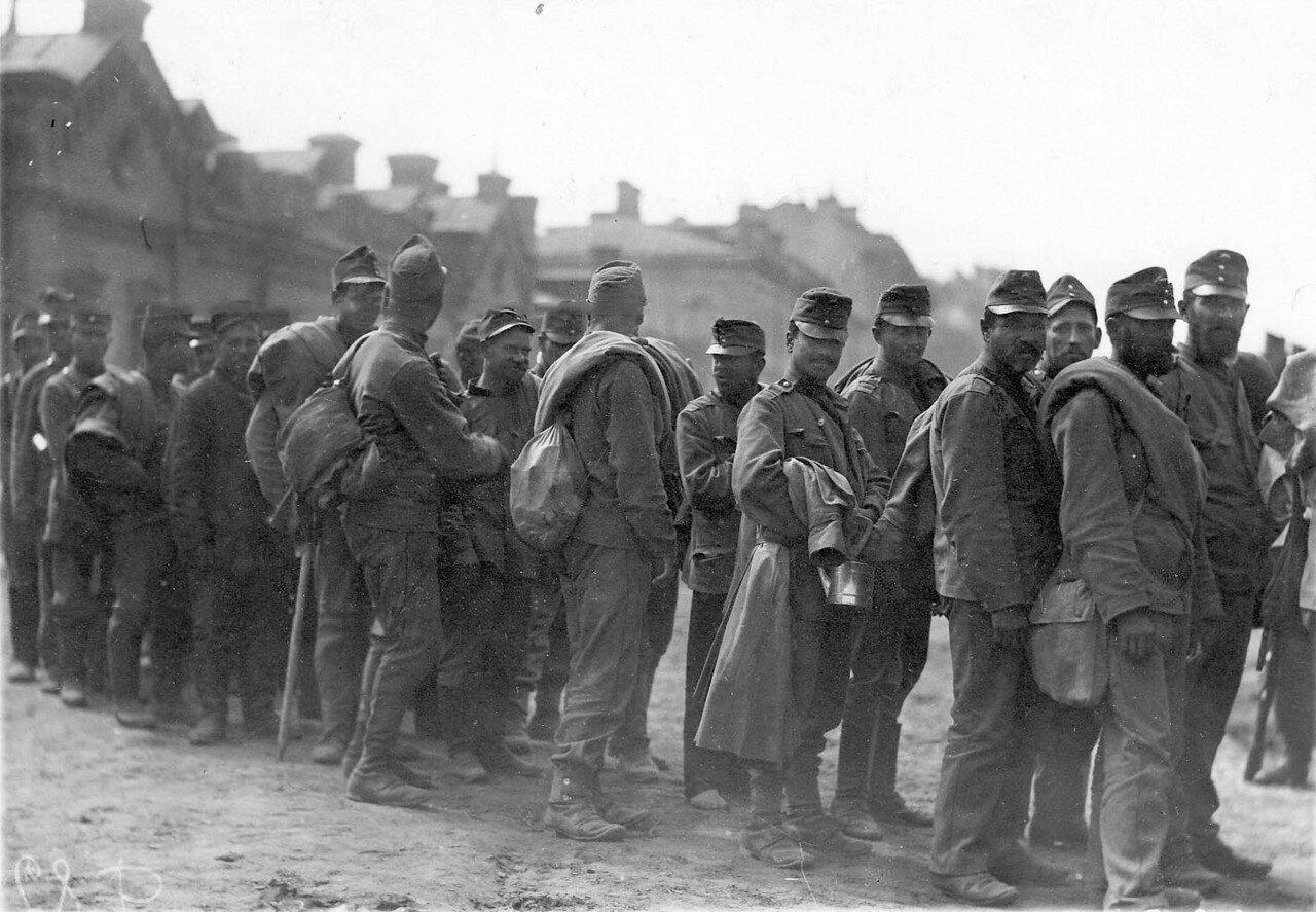 20.  Группа австрийских военнопленных у Калашниковской пристани