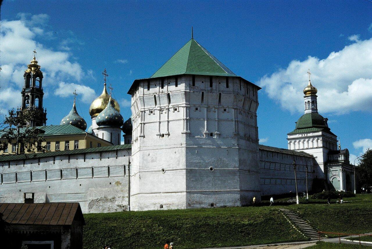 Загорск. Монастырские укрепления: угловая башня. Налево колокольня, направо Успенская церковь