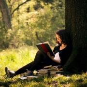 девушка читает
