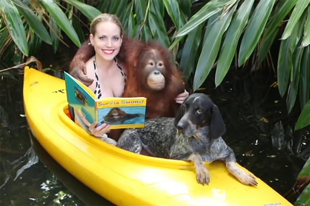 Орангутанг Суриа, енотовая гончая Роско и Мокша Биби, с книгой про то как Суриа научился плавать