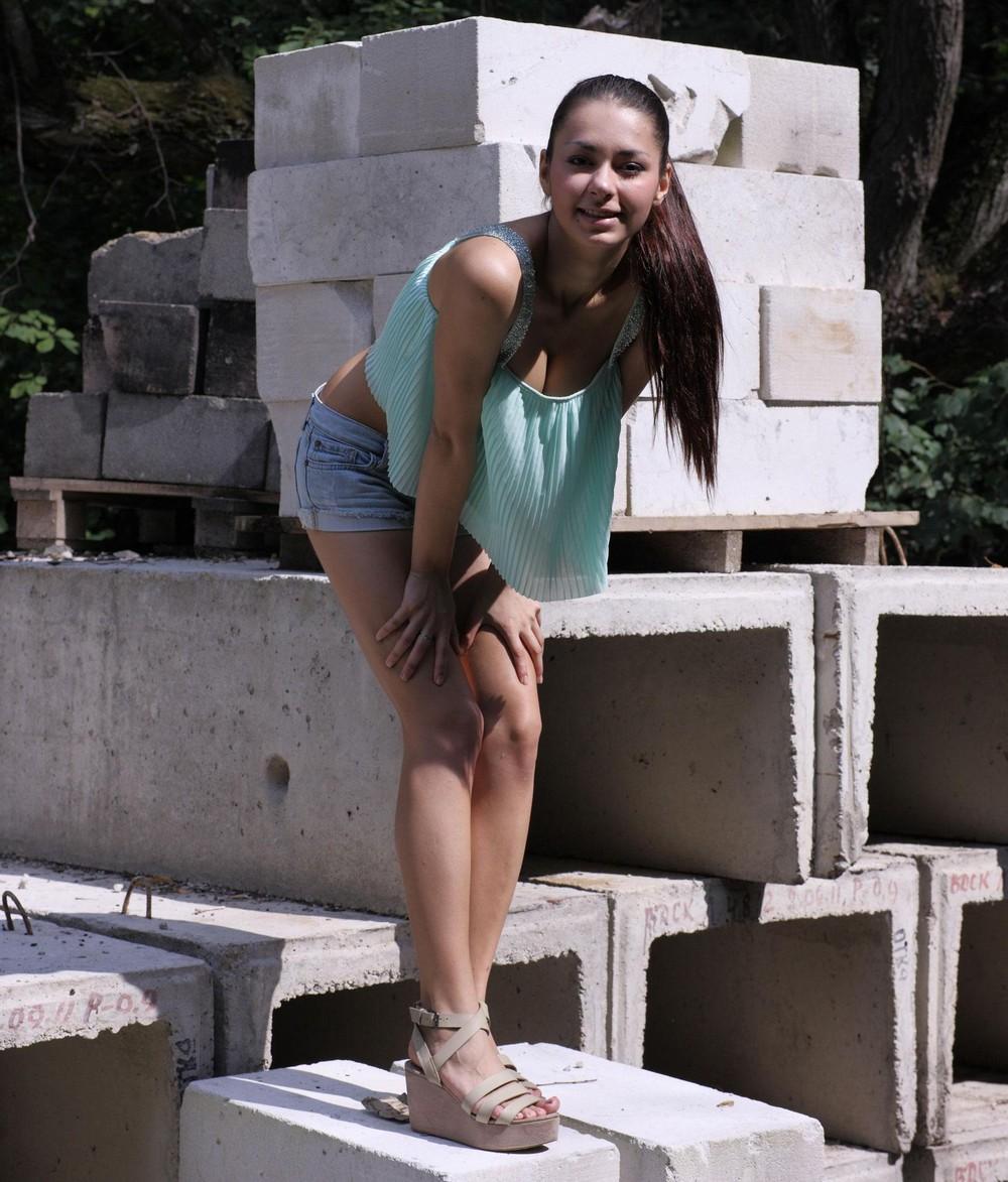 Симпатичная Helga разделась на стройке