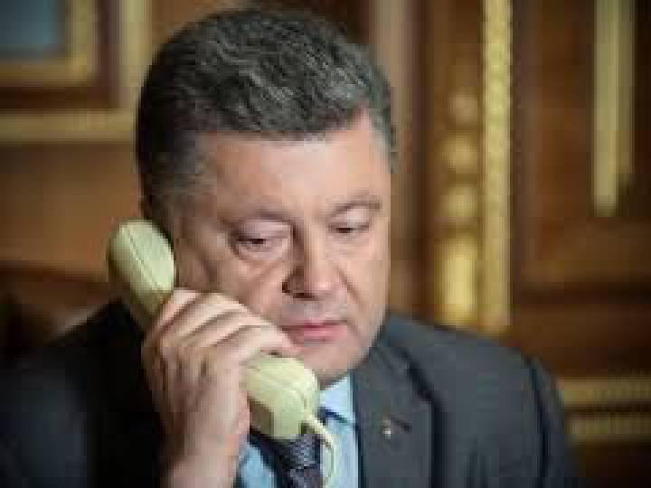 Порошенко по телефону обсудил с Меркель и Олландом провокацию России в Крыму