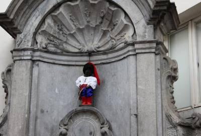 Европа приветствует Украину: В честь юбилея независимости символ Брюсселя одели в костюм киевского князя (фотофакт)