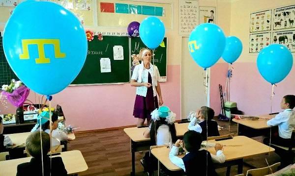Маленькие патриоты: В Крыму под носом у оккупантов провели 1 сентября в национальных цветах (фото)