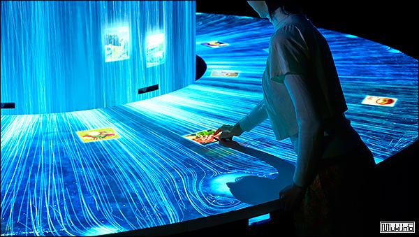 Японский интерактивный стенд-водопад Diversity
