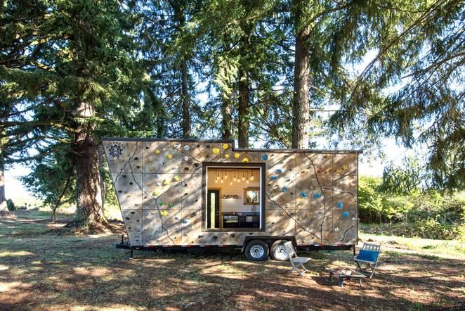 Роскошный фургон на колесах со стеной для скалолазания