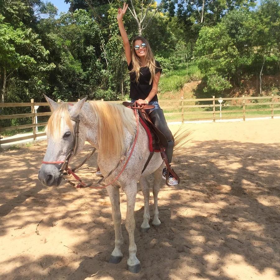 Паола не теряет физической формы и занимается танцами и фитнесом, катается на скейтборде и на лошадя