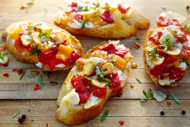 Кростини с козьим сыром и сладким перцем Ингредиенты: 4 сладких перца 200 г мягкого козьего сыра 2 з
