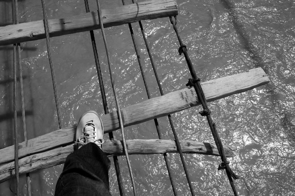 Мост находится в аварийном состоянии, имея множество зазоров между досками. (Joshua Song)