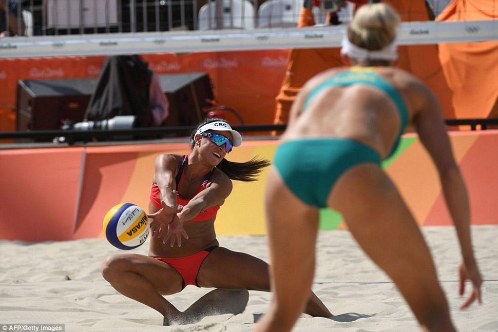 Наталия Альфаро из команды Коста-Рики пытается поймать подачу сборной Австралии.