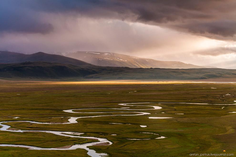 11. Первые лучи, прорвавшиеся из-за плотной пелены облаков, подсветили космический пейзаж плато
