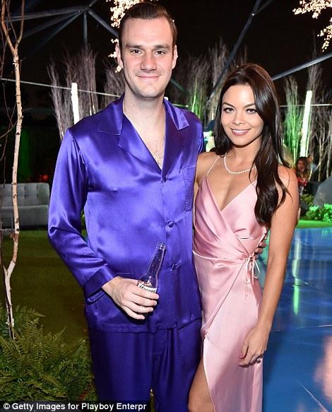 Гости мужского пола были одеты в пижамы, а женщины — в белье и ночные сорочки.